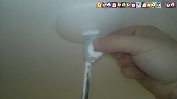 Первый этап демонтажа крючка для люстры