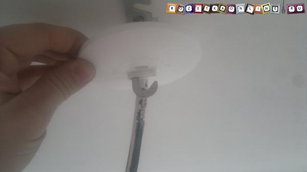 Снимаем защитную накладку, закрывающую крепление крюка к потолку и вывод кабеля