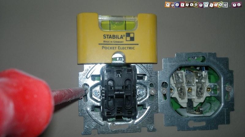 Установка механизма двуклавишного переключателя света в подрозетник