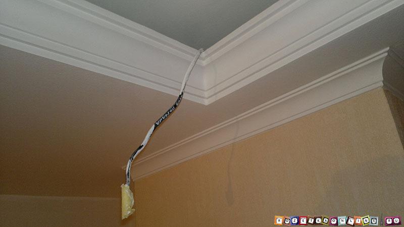 Вывод питающего кабеля в нише потолка