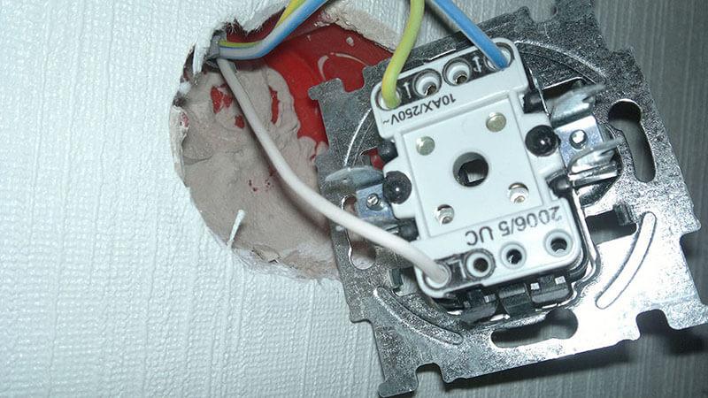 Порядок подключения проводов к двухклавишному двойному выключателю