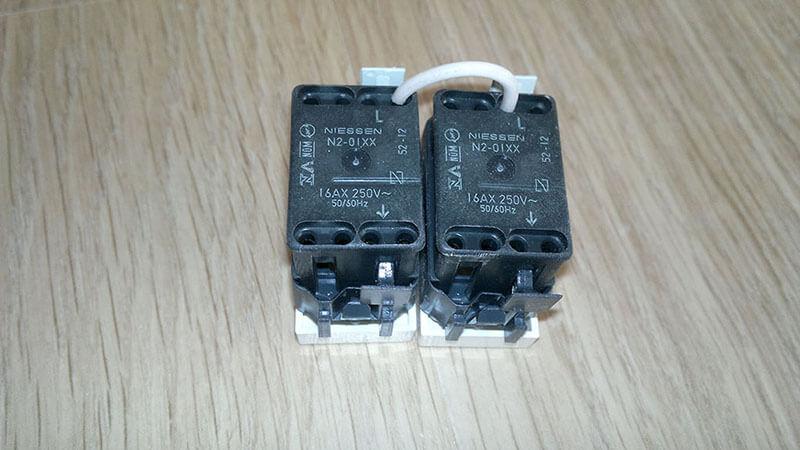 Соединяем контакты модульного двухклавишного выключателя перемычкой