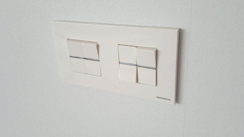 Установка двухклавишного выключателя завершена