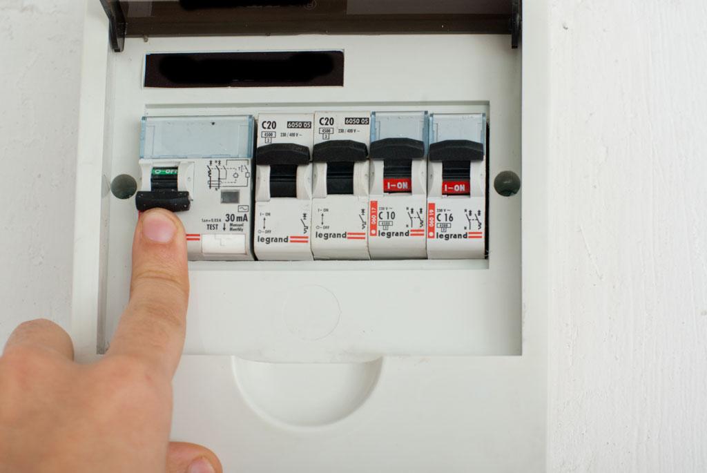 Люди, кто знает нормального адекватного электрика - спасайте.